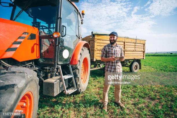 fazendeiro que usa a tabuleta digital - trabalhador rural - fotografias e filmes do acervo