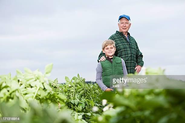 Landwirt mit Enkel im Feld