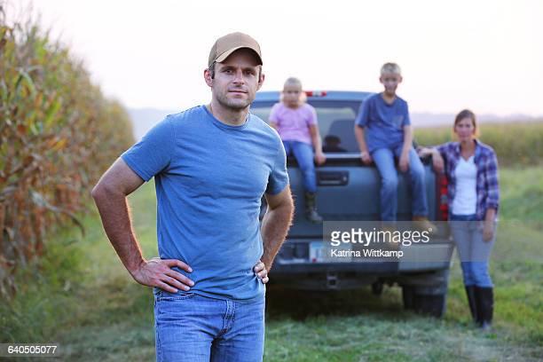 farmer with his family - región central de eeuu fotografías e imágenes de stock