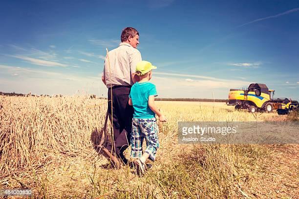 Landwirt mit seinem Sohn auf dem Feld