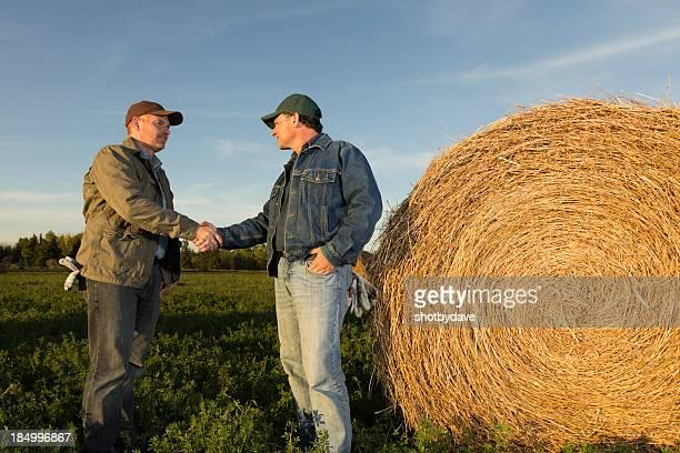 Agriculteurs Field Poignée de main