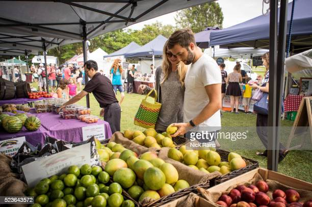 farmers market shopping for organic produce - farmers market stock pictures, royalty-free photos & images