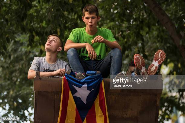 Farmers sit on the spade of a tractor during a farmers union protest supporting the Yes vote on September 29 2017 in Barcelona Spain The Catalan...