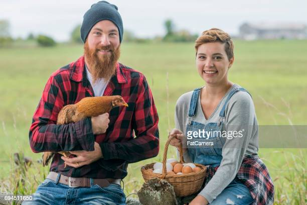 Landwirte mit Huhn und Ei