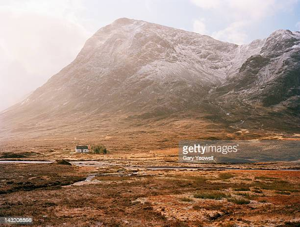 farmhouse at the foot of mountain range - scottish highlands stock pictures, royalty-free photos & images
