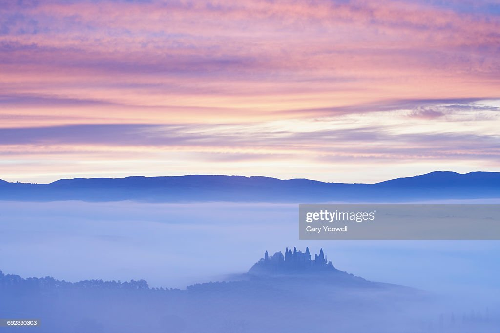 Farmhouse in misty Tuscan landscape at dawn : Stock Photo