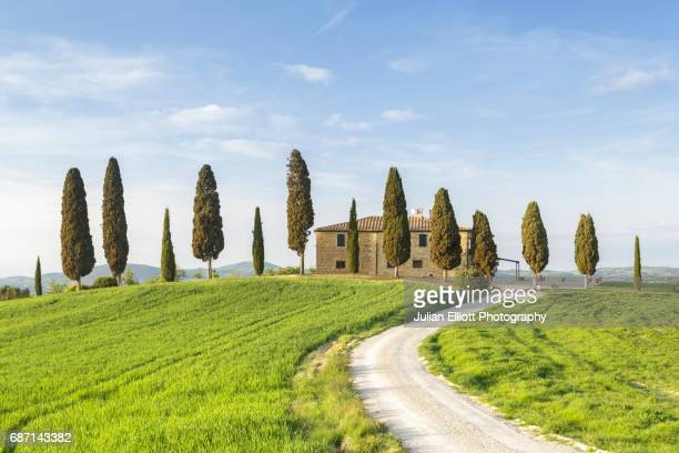 a farmhouse in the val d'orcia of tuscany. - val d'orcia stock pictures, royalty-free photos & images