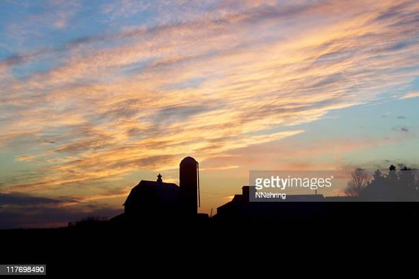 terras pôr do sol em edifícios agrícolas em silhueta - iowa imagens e fotografias de stock