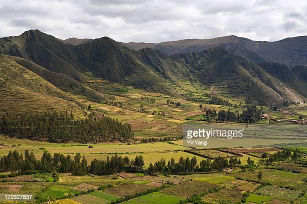 Los campos de las granjas & en la montaña