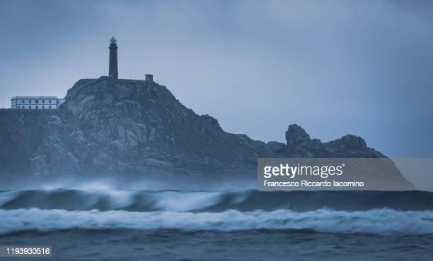 faro cabo vilano (cape vilan lighthouse) after sunset, galicia, spain. - francesco riccardo iacomino spain foto e immagini stock