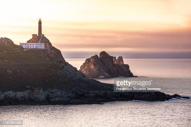 faro cabo vilano (cape vilan lighthouse) at sunset, galicia, spain. - cantabria fotografías e imágenes de stock