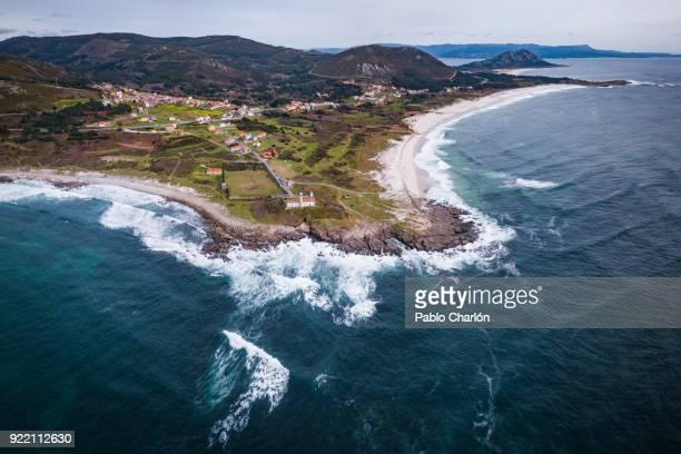faro de lariño (lighthouse of lariño), muros, galicia, spain - comunidad autónoma de galicia fotografías e imágenes de stock
