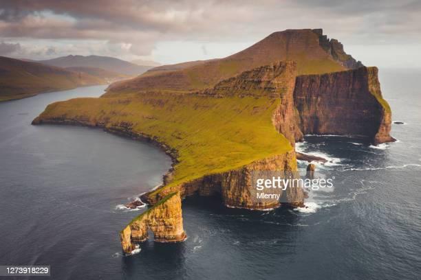 islas feroe drangarnir rocas sunset vagar island - islas faroe fotografías e imágenes de stock