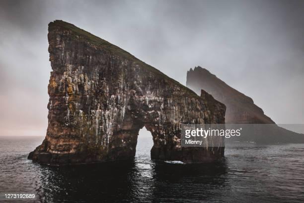 islas feroe drangarnir rocks vagar island - north fotografías e imágenes de stock