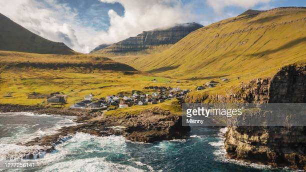 ilhas faroé gjogv costa do porto panorama gjógv eysturoy - ilhas faeroe - fotografias e filmes do acervo