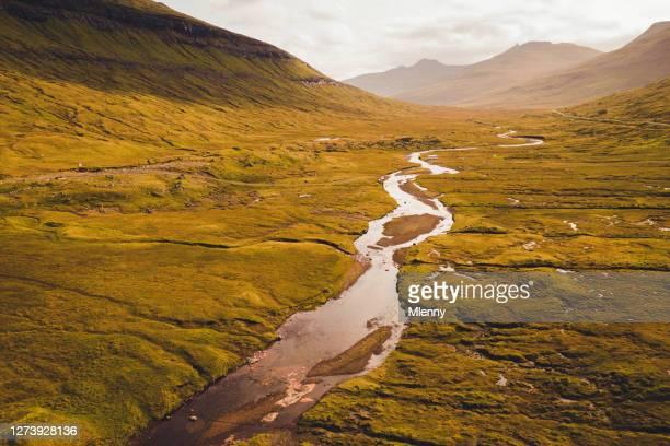 faeröer saksun svarta rivier streymoy sunset aerial view - noord stockfoto's en -beelden