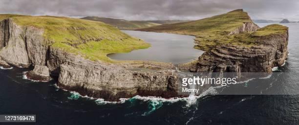 ilhas faroe sorvagsvatn lago aéreo panorama vagar - ilhas faeroe - fotografias e filmes do acervo