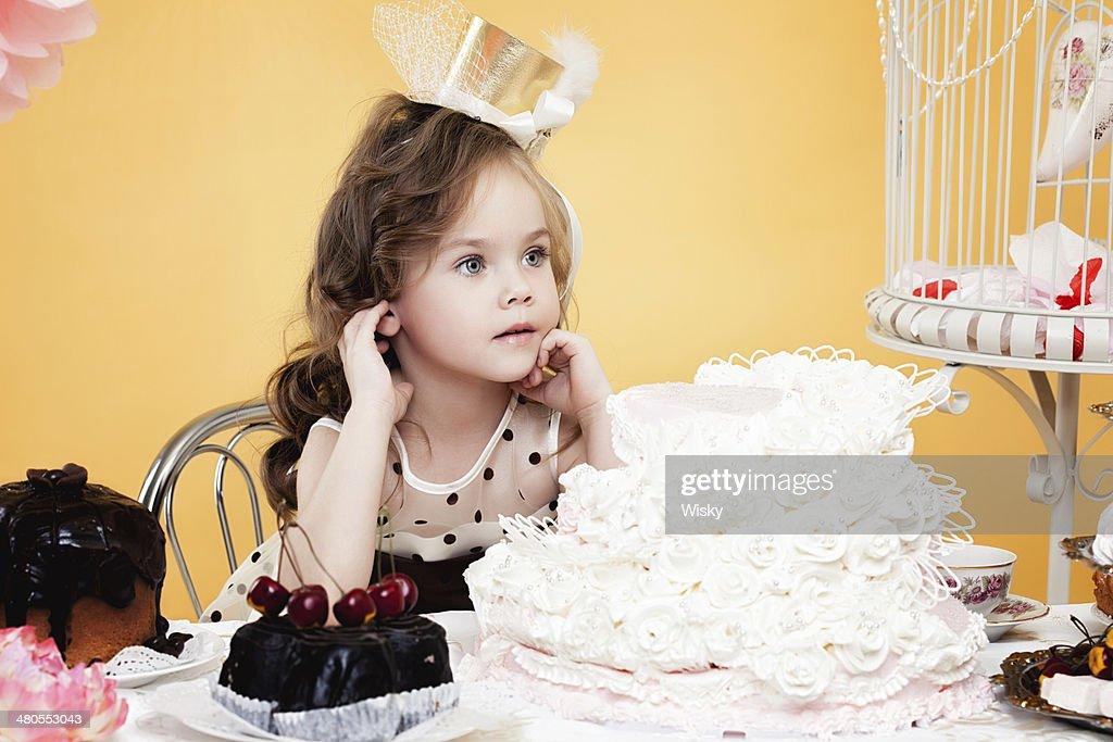 Fascinante pequeño mujer posando con sabrosas exquisiteces : Foto de stock