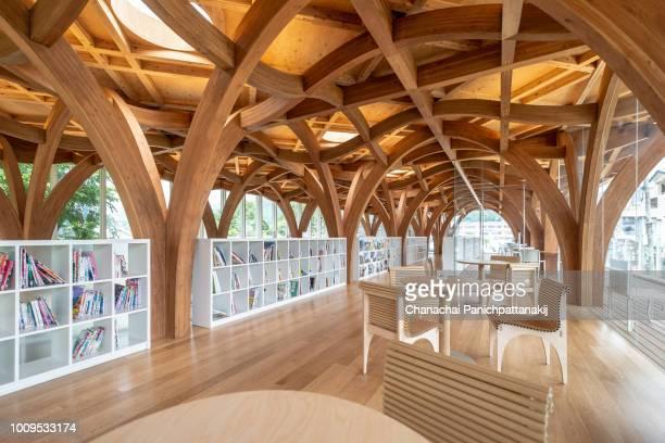fascinating wavy timber structure of interior of yufuin tourist center, japan - 大分県 ストックフォトと画像