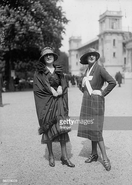 Fashion 1919. Two young women to the racess in the month of May. BRA-107042.