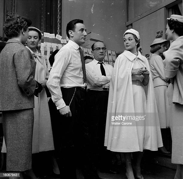 Fashion At Jean Desses. En France, à Paris, lors d'un reportage sur la mode vestimentaire dans une maison de couture, chez Jean DESSES, couturier,...