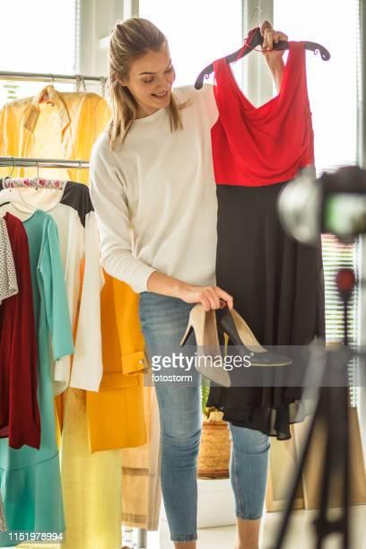 blogueiro moda escolhendo roupa elegante - coleção de moda - fotografias e filmes do acervo