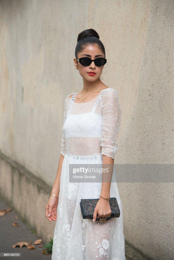 Street Style : Paris Fashion Week Womenswear Spring/Summer 2018 : Day One : Nachrichtenfoto