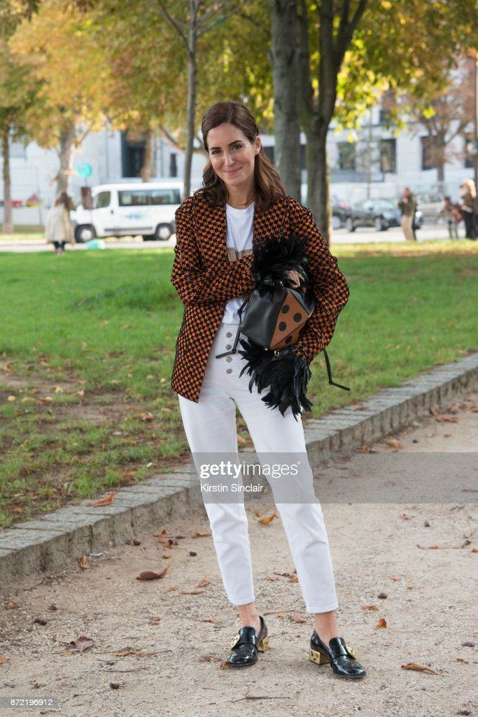 Street Style : Paris Fashion Week Womenswear Spring/Summer 2018 : Day Four : News Photo