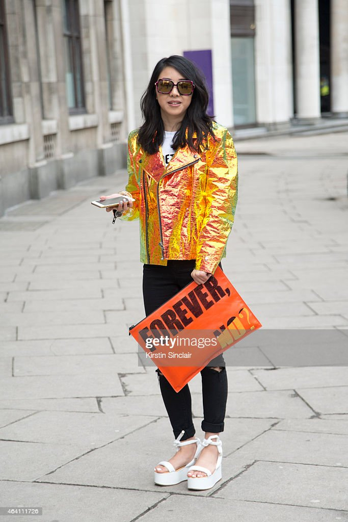 Street Style - London Collections: WOMEN AW15 - February 20 To February 24, 2015 : Nachrichtenfoto