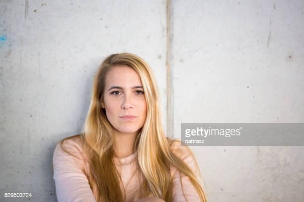 Mode-Blondine mit langen Haaren Porträt