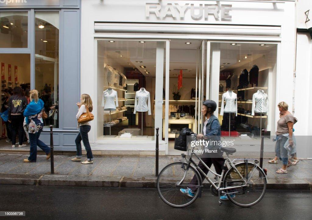 Fashion boutiques along Rue des Francs Bourgeois. : Foto de stock