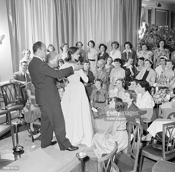 Fashion Collection Of 'couturiers Associes' Autumn Winter 1950/1951 En France en aout 1950 à l'occasion de la présentation de la collection de mode...
