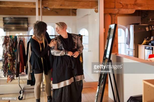 """modedesigner justera kläder på plus size kvinna. - """"martine doucet"""" or martinedoucet bildbanksfoton och bilder"""