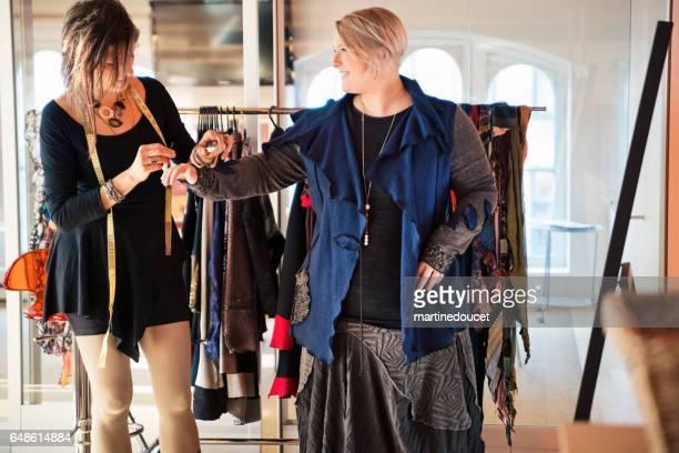 Mode-Designer Kleidung plus Size Frau auf anpassen.