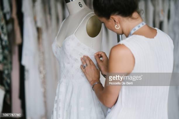 stilista che crea abiti - alta moda foto e immagini stock