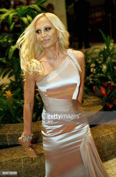 Fashion designer Donatella Versace arrives at the White House Correspondents' Association dinner on April 26 2008 in Washington DC The WHCA is an...