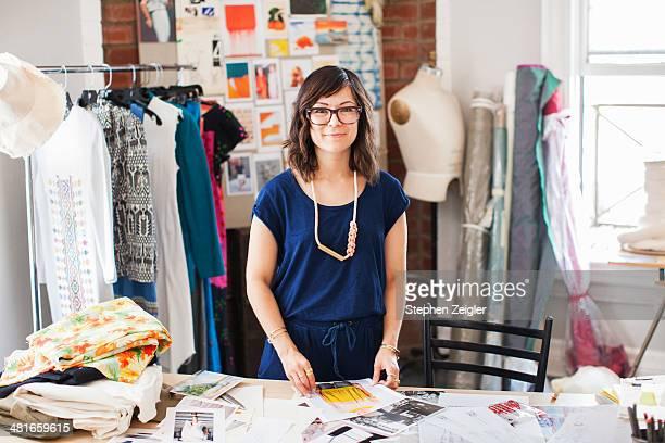 fashion designer in her studio - profesional de diseño fotografías e imágenes de stock
