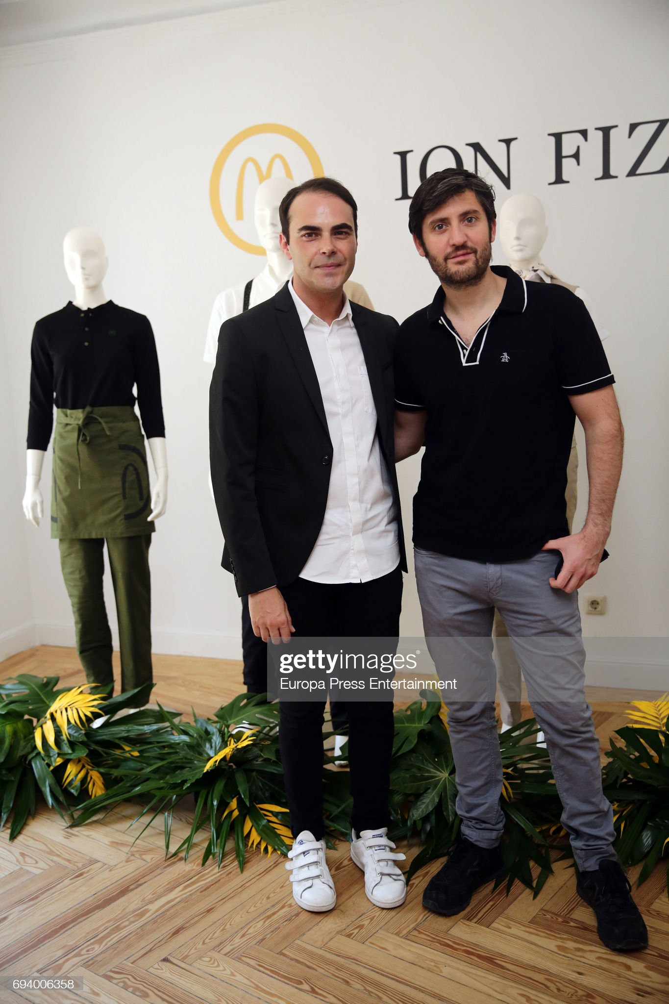 ¿Cuánto mide Max Marieges? - Altura Fashion-designer-ion-fiz-and-actor-max-marieges-present-the-new-on-picture-id694006358?s=2048x2048