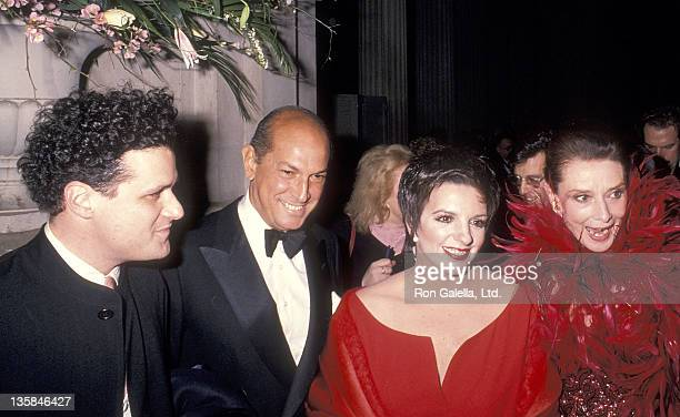 Fashion designer Isaac Mizrahi fashion designer Oscar de la Renta actress/singer Liza Minnelli and actress Audrey Hepburn attend the Eighth Annual...