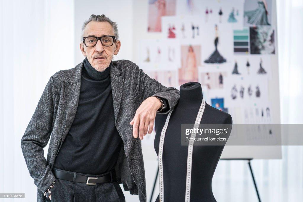 Mode-Designer leht an einer Ankleidepuppe : Stock-Foto
