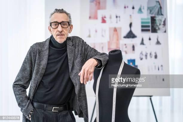 Mode-Designer leht an einer Ankleidepuppe