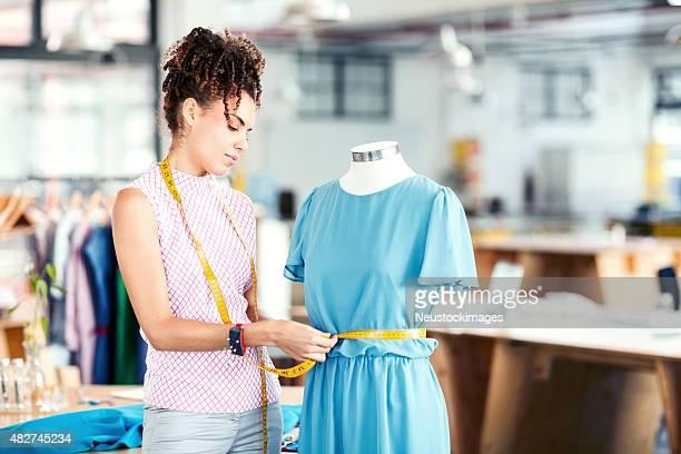 Messen Mode-Designer Kleid auf Schaufensterpuppe im Studio