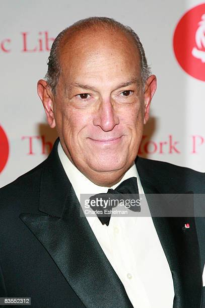 Fashion designer Oscar de la Renta arrives at the 2008 Library Lions benefit at the New York Public Library's Humanities and Social Sciences Library...