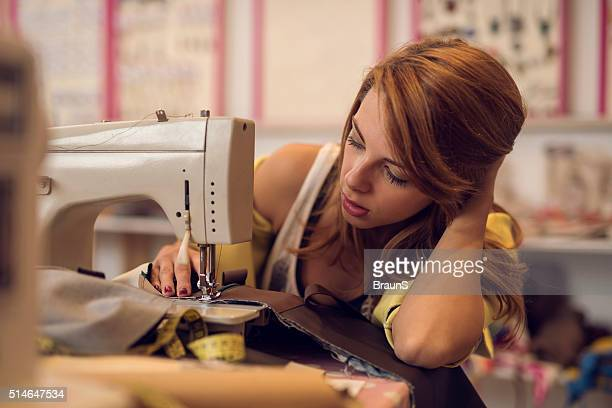 Modedesigner Nähen auf einer Maschine im design-studio.
