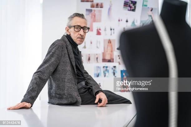 Mode-Designer sitzt auf einem Tisch