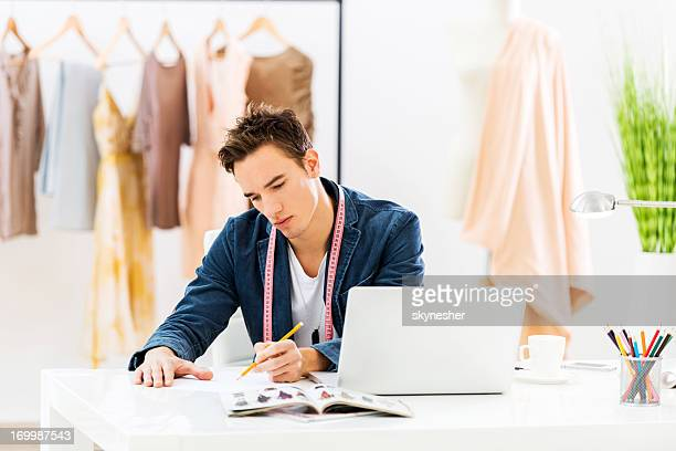 Créateur de mode dessin au studio de design.
