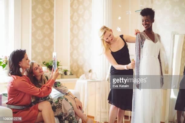 modeontwerper met haar cliënt - the past stockfoto's en -beelden