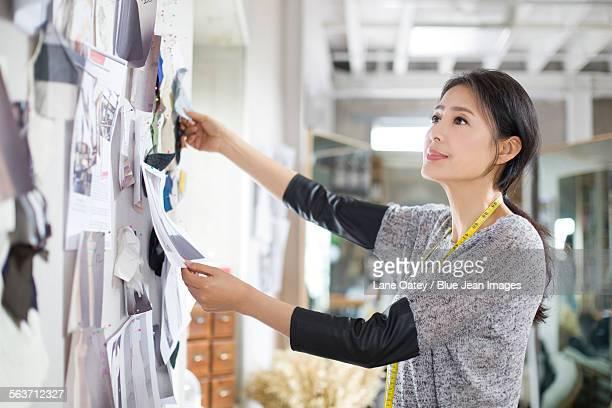 fashion designer working in studio - デザイナー服 ストックフォトと画像