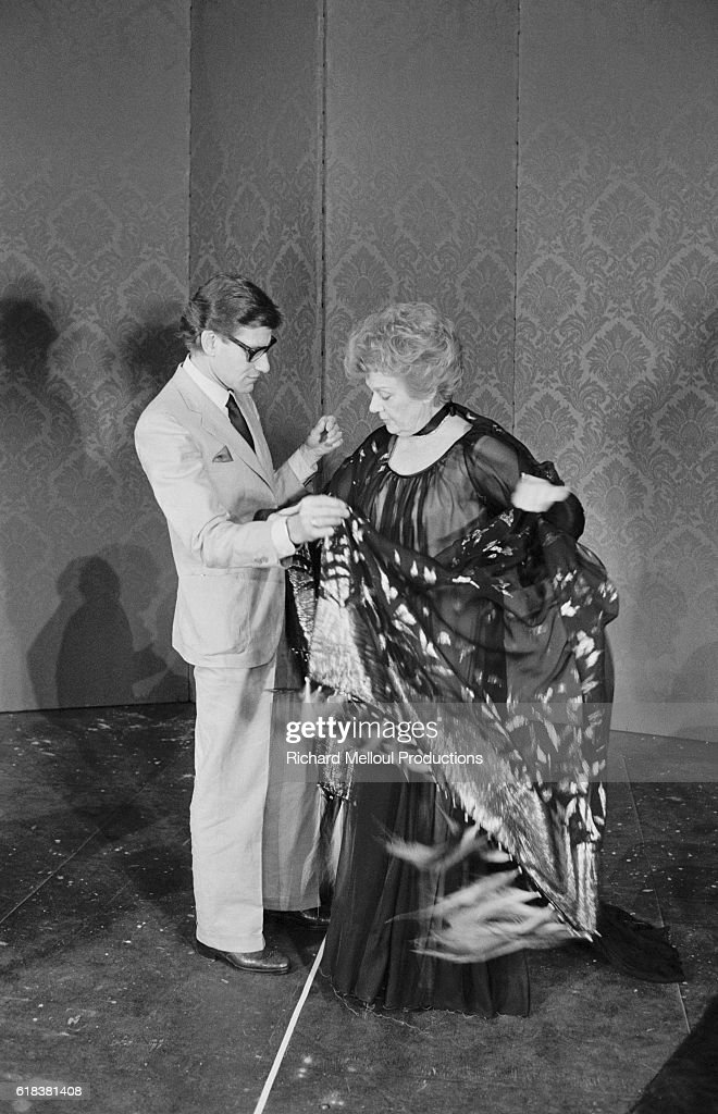 Yves Saint Laurent Fitting Costume to Edwige Feuillere : Photo d'actualité