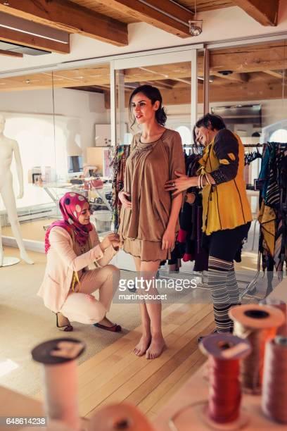 Mode-Designer Kleidung auf weibliches Modell anpassen.
